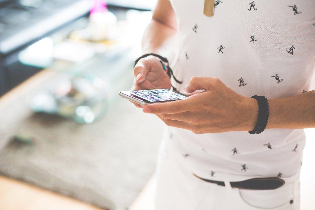 Imagen gratis de un hombre trabajando en un móvil