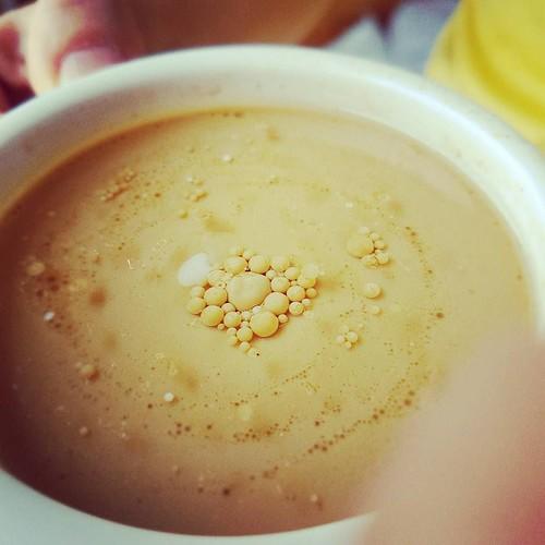 Ein bisserl zu viel mct oel im kaffee. Huebsch anzusehen aber schwer zu verdauen.