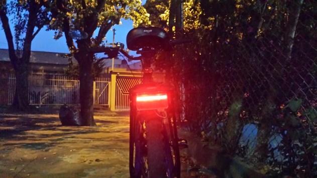 Quanto menor a velocidade da bike maior a intensidade luminosa da lanterna traseira