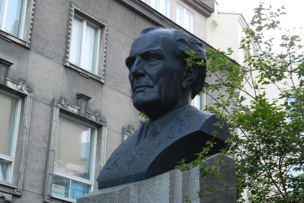 Escultura busto Heino Eller en Plaza de la Libertad Tallin Estonia