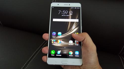 Zenfone 3 Ultra นี่ใช้มือเดียวเอาไม่อยู่จริงๆ
