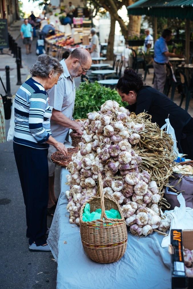 Naar de markt in de Luberon: knoflook op markt van Forcalquier