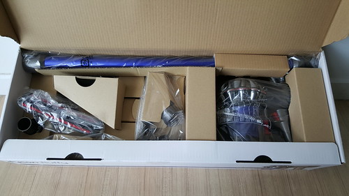 ภายในกล่องก็จะมีตัวเครื่องดูดฝุ่น และหัวต่างๆ
