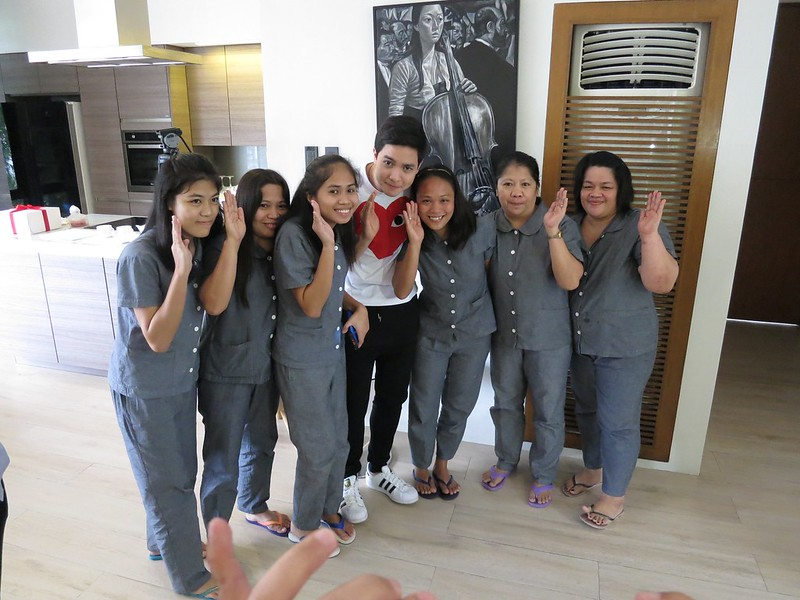 Pabebe wave with the maids