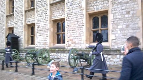 Soldados con chimpún en la Tower of London