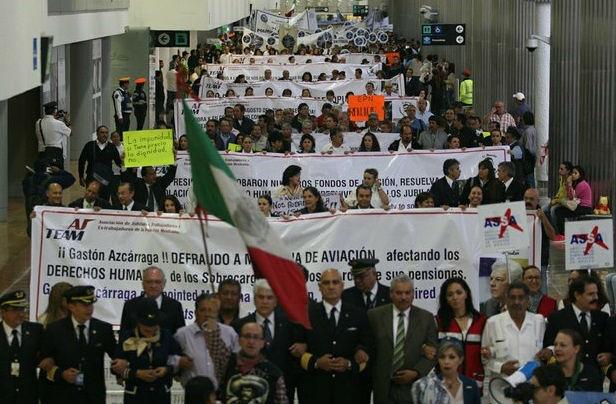 Protestan sobrecargos de Mexicana a cinco años del cierre