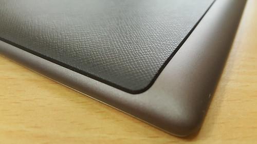 ฝาหลังของ ASUS ZenPad 7.0 (Z370CG) มันดูนูนๆ ไปหน่อย