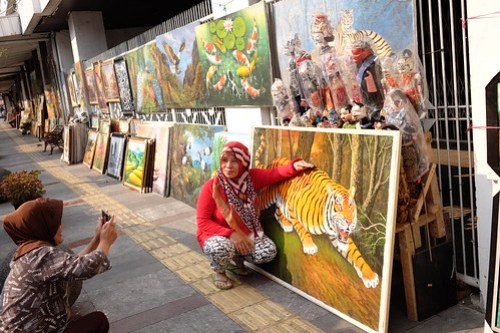 Take a pic with lion... At Braga Street, Bandung, Indonesia #streetphotography #captureonstreet #terfujilah #fujifilm #braga #bragabandung #bandung #jalanjalanbandung #bandungstreet