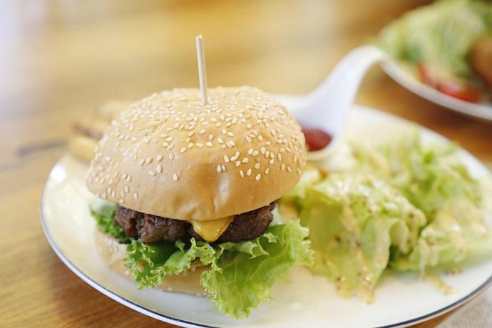 [台北美食]凱莉餐廳.美國渡假村內美式餐廳|假日限定只賣2小時早午餐~擁有大草坪.可借野餐墊、籃球戶外活動 @VIVIYU小世界