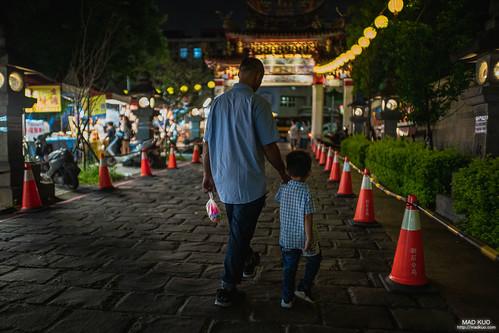 逛廟會的祖孫,回台灣人必回憶的童年。