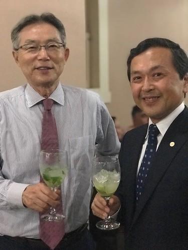 Sr. Naohiro Doi e Sr. Kazuhizo Kamada brindando com caipirinha