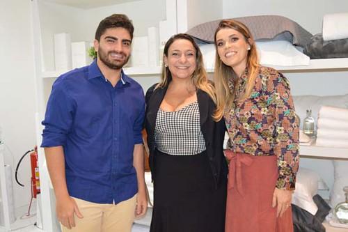 Bruno e Sâmara, da Cobi Consultoria, responsável pela campanha da loja, com Yáscara