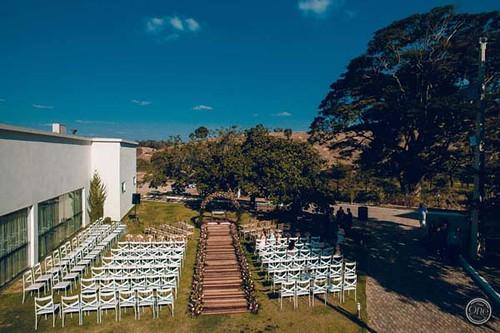 Espaço externo, nos jardins, perfeito para casamentos durante o dia