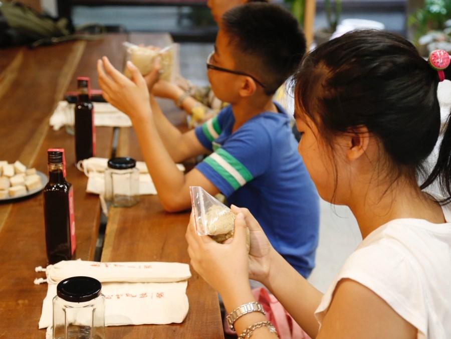 [花蓮美食]新味醬油|花蓮市區觀光新景點~阿嬤古早味豆腐乳DIY.依照古法釀製醬油滿滿豆麥香 @VIVIYU小世界