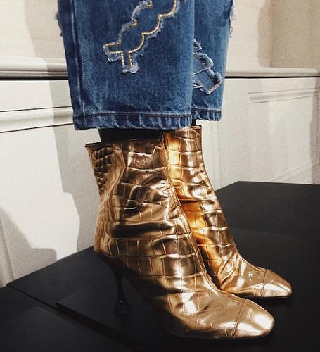 AS botas douradas em maxi croco ainda vão ser hit, sim