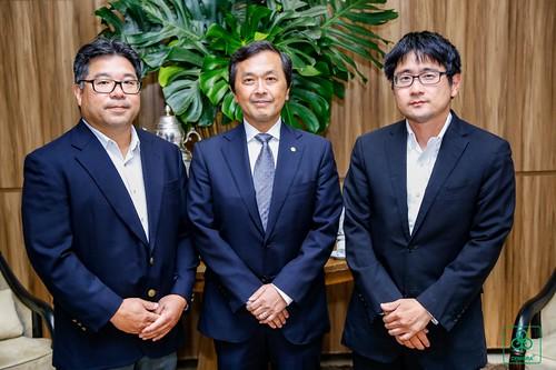 O Diretor-Presidente Kazuhiko Kamada ladeado pelos assessores Junji Hamasuna e Rui Misaka