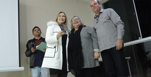 Leida Horst recebe a homenagem pelo Instituto Cenibra