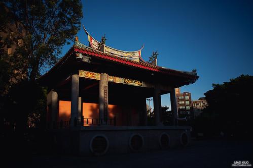快沉下的夕陽,餘暉撒在了地藏庵的戲台上。