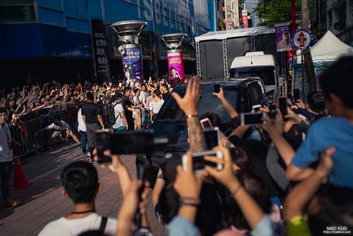 走在西門町外圍拍照,看到一大票人把手機相機舉的高高的,不時還有尖叫聲,雖然不知道是哪位明星,我也跟大家起舞舉的高高的,放下相機一看,哇!是劉德華。