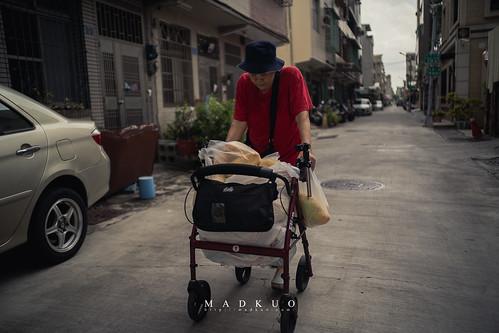 見到這位阿婆,她推著助行車,上面裝著滿滿的蔬果,剛從菜市場裡緩緩走出來,可能有些人會覺得她很辛苦,一把年紀還要出來採買生活所需,但在我眼裡,她是幸福的,能夠用雙腳踩在大地上行走,能夠打理自己的生活,對這樣大歲數的人來說,實在不容易。