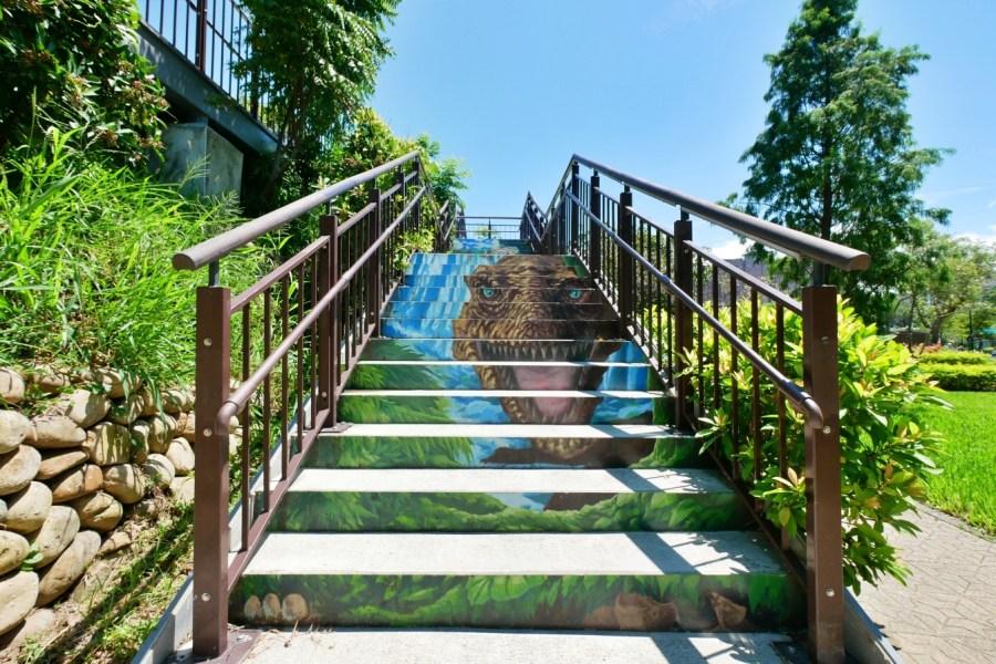 [龜山旅遊]中興兒二公園 桃園免費景點~虎頭山假日花市附近.超大彩色簍空溜滑梯 有超大草坪 遮陽沙池 搖擺式盪鞦韆 @VIVIYU小世界