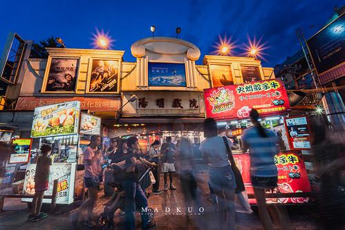 陽明戲院暫時熄燈  有七十年歷史的陽明戲院要都更拆除了,說是台北人看著他長大,不如說是他看著多少台北人長大,從我爹爹還是屁孩的年紀就來這看過,而我也在這看過一部電影,還記得是孤兒怨的樣子,如今這老戲院要改頭換面變成商場,戲院前的攤商也被迫撤離,此情此景將不在。