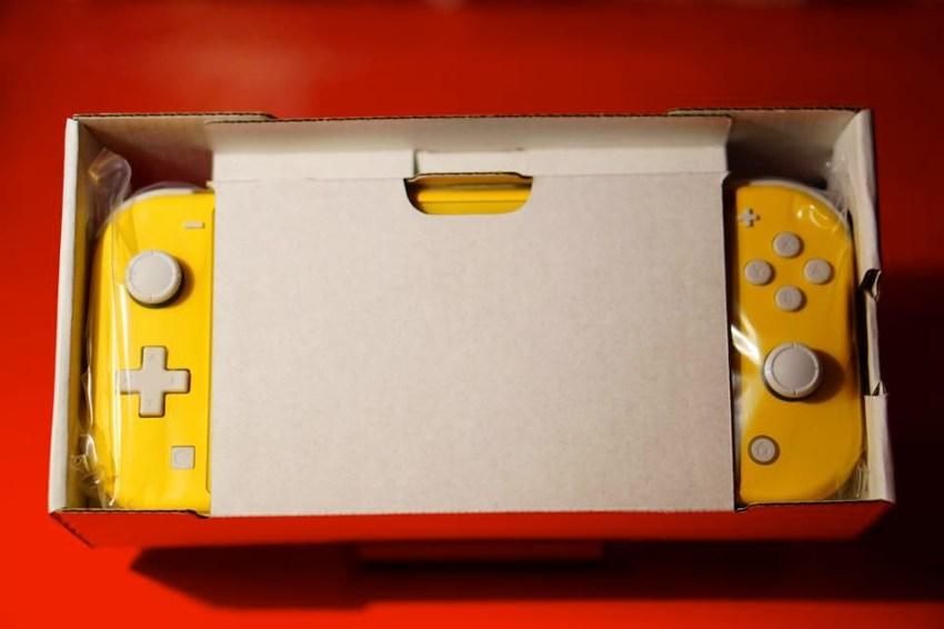 Switch Lite箱から出したところ