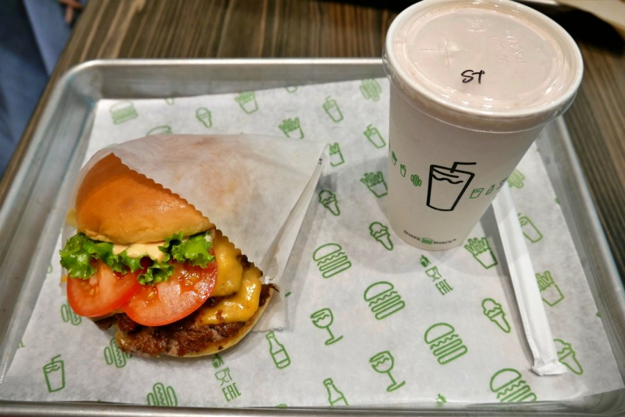 shake shack 大阪,ShakeBurger,ShakeShake,大丸百貨,大阪美食,心齋橋,心齋橋商店街,紐約最好吃漢堡,草莓奶昔 @VIVIYU小世界