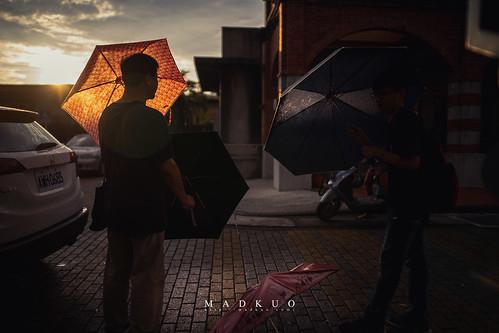 大雨後,這位遊客爸爸跟兒子說,趁現在有太陽,快把傘拿出來曬乾。