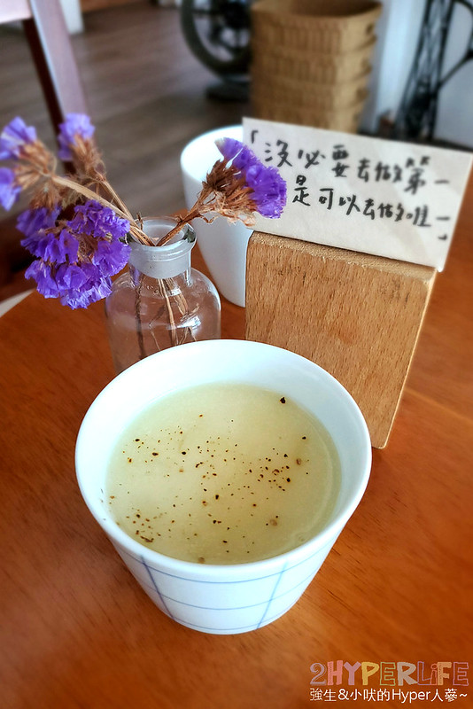 49187684767 77bef112db c - 老宅改建咖啡屋空間感舒適,Mitaka s-3e Cafe還有可愛龍貓站牌造景可以拍照,友藏拉花也很有梗!