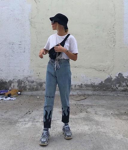 chapéu bucket, jeans personalizados, pochete