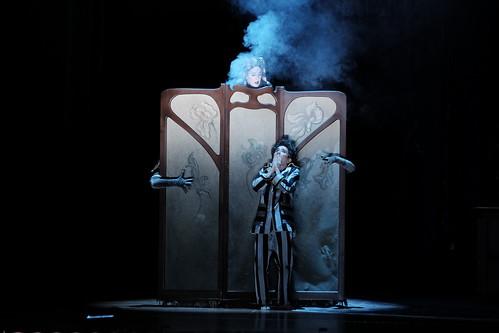 Troisième Dame dans la Flûte Enchantée de Mozart sous la direction d'Hervé Niquet à l'Opéra d'Avignon. Mise en scène : Julien Lubek et Cécile Roussat. Photo : Carine Hublard.