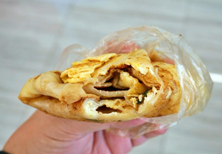 [大園美食]手工報紙蛋餅|現點現桿排隊銅板小吃~每日限定營業5小時.皮薄蛋嫩好吃早餐 @VIVIYU小世界