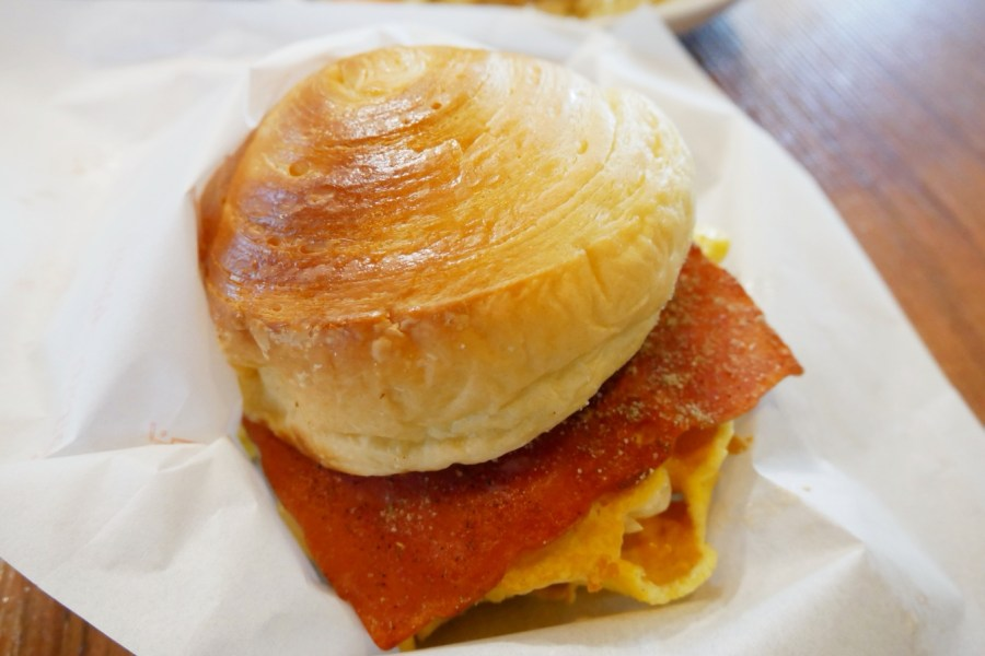 [龜山美食]來吃早餐 林口體育大學附近排隊早餐店~推薦台式炒麵.淋上香氣十足肉燥.份量大 @VIVIYU小世界