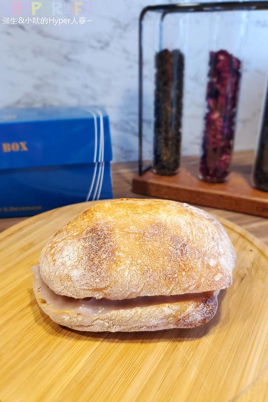 49787818456 9f4fcfd265 c - 以外帶為主的拖鞋麵包和可頌三明治專賣,牽拖Bakery & Beverage鞋盒套餐包裝金促咪!