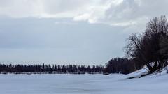 Joki on vielä vahvasti jäässä (27.4.2020).