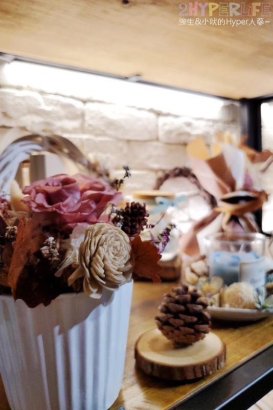 49858589253 5e7d5a731f c - 是咖啡館也是攝影棚的Frini Café,裡頭還有美美花藝空間,用餐不限時呦~