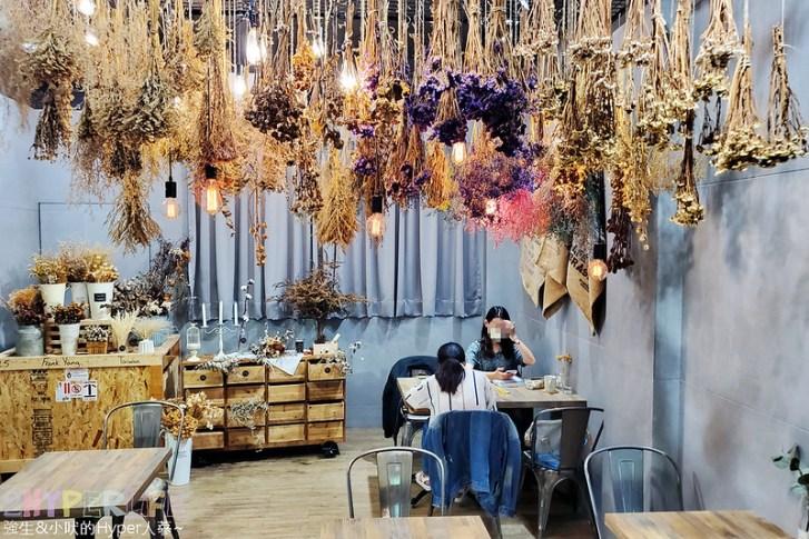 49859124421 8b59e26663 c - 是咖啡館也是攝影棚的Frini Café,裡頭還有美美花藝空間,用餐不限時呦~