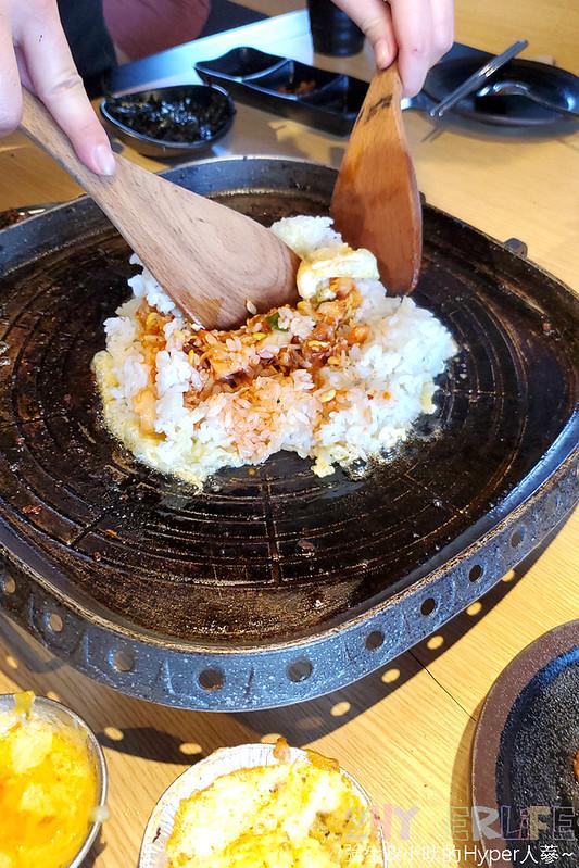 49882158256 a0fe3ceff4 c - 有專人代烤的韓式燒肉,烤得恰恰的極厚三層肉搭配芝麻葉生菜包肉好對味~