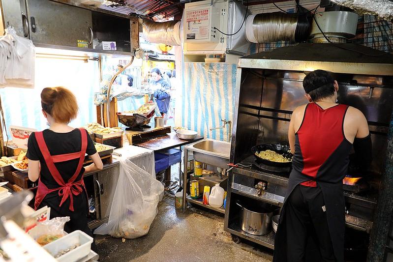 夫妻飯莊|藏身夜市內的超豪華三主菜便當。菜色多到便當盒滿出來!還沒開門人潮就止不住 @ 羽諾的 ...