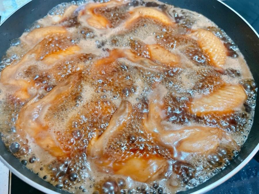 [烹飪]可樂燉雞翅 可樂除了是飲料~還能入菜煮出好吃的下酒菜.焦糖色澤的雞翅上桌 @VIVIYU小世界