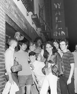 Jovens em frente ao Stonewall Inn à época das rebeliões