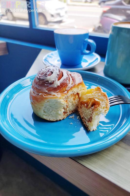 51309786197 5b2e7b137a c - 有著大片落地窗的地中海藍咖啡館,Pluto Espressoria的肉桂捲也不少人推薦!