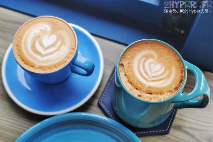 51309786212 810f33f72e c - 有著大片落地窗的地中海藍咖啡館,Pluto Espressoria的肉桂捲也不少人推薦!