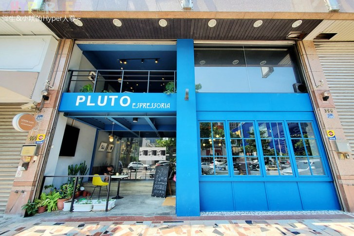 51311253379 80e3f0acc8 c - 有著大片落地窗的地中海藍咖啡館,Pluto Espressoria的肉桂捲也不少人推薦!