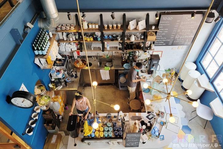 51311530375 a52b6587c4 c - 有著大片落地窗的地中海藍咖啡館,Pluto Espressoria的肉桂捲也不少人推薦!