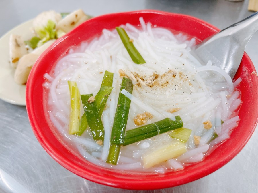 [台中美食]柳川東路米粉湯|第二市場旁銅板小吃~黑白切小菜選擇多.湯頭清甜 @VIVIYU小世界