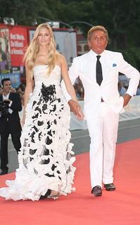 Com o estilista Valentino, que assinou um de seus vestidos de casamento