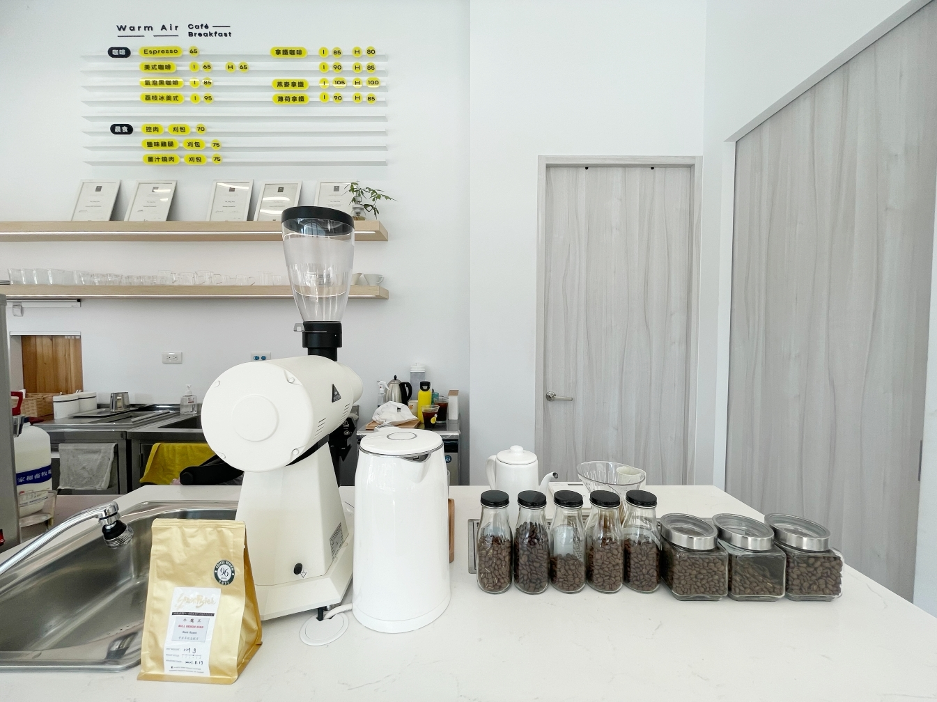 [中壢美食]Warm Air Kafe – 暖空咖啡|中央地下停車場旁~純白色調咖啡館&刈包.自家烘焙豆子 @VIVIYU小世界