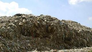 Montanha formada por roupas descartadas